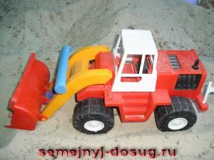 Трактор в песочнице