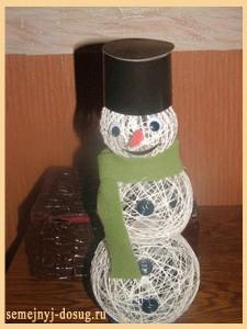 Снеговик из шариков из ниток своими руками